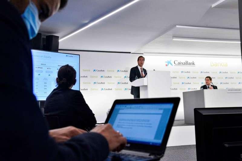 El presidente de Bankia, José Ignacio Goirigolzarri (d), y el consejero delegado de CaixaBank, Gonzalo Gortázar (i). EFE