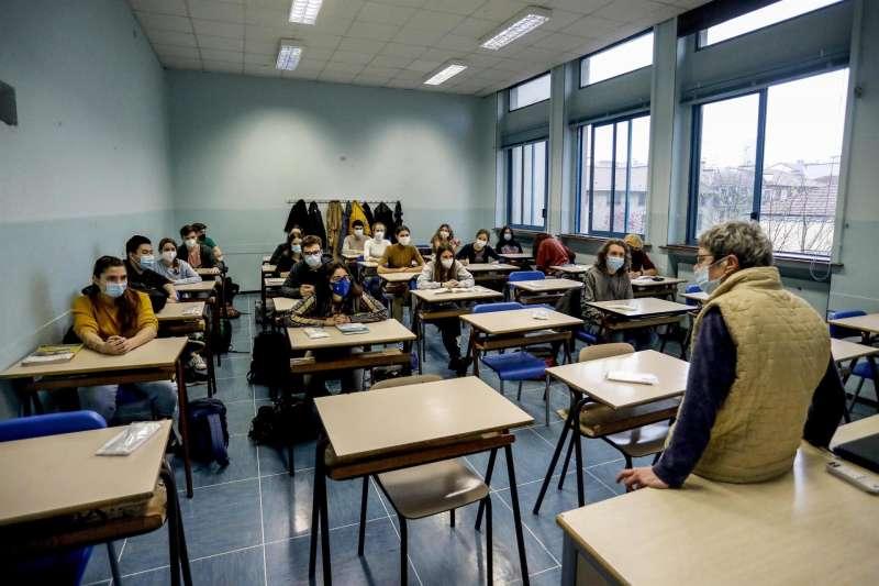 Alumnos atienden a su profesor en un aula