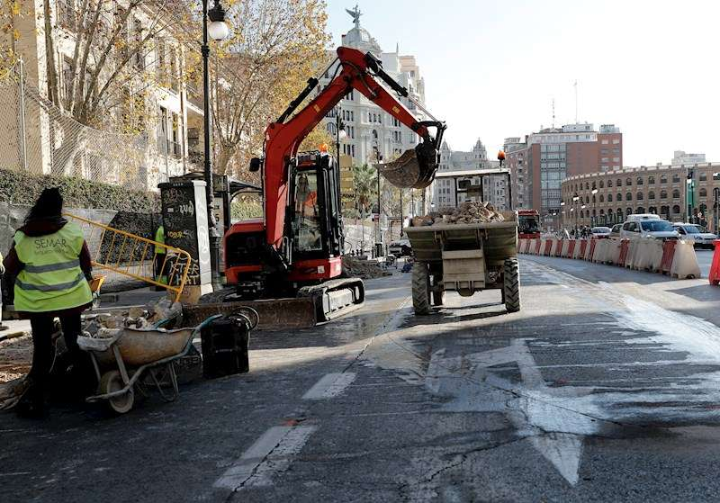 Obras del intercambiador de la calle X�tiva, primer paso para el cierre al tr�fico de la Plaza del Ayuntamiento de Val�ncia. EFE