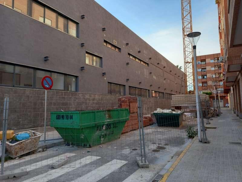 Grúa en la calle Valencia. FOTO PP