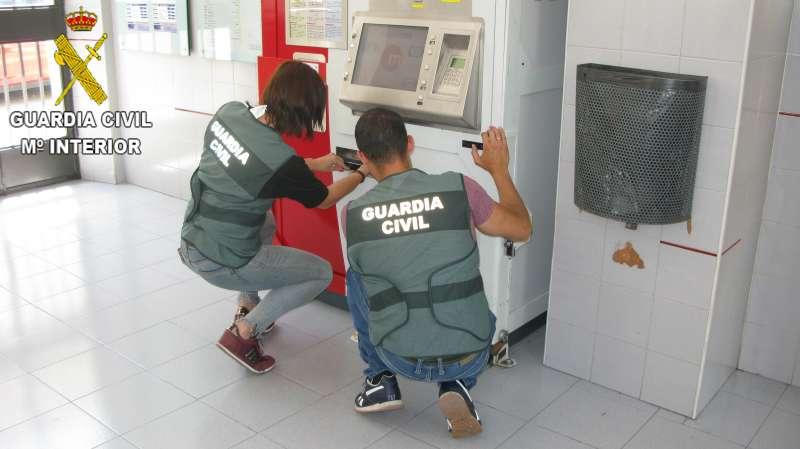 Agentes revisando máquina en el Metro. EPDA