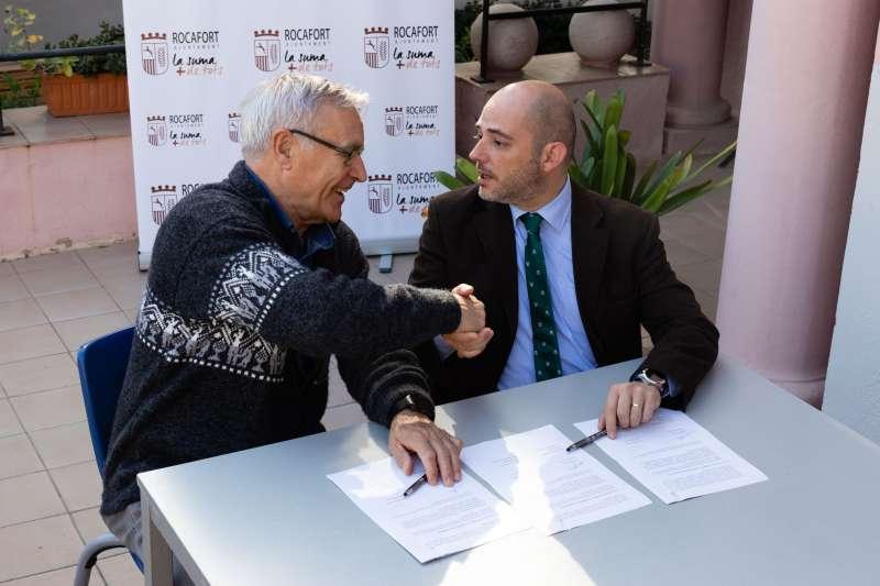 Ribó y Jiménez, en la firma del convenio en Rocafort. EPDA