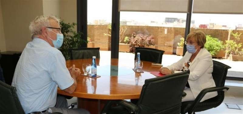 Una imagen de la reunión de la consellera de Sanidad, Ana Barceló, y el alcalde de València, Joan Ribó, publicada por la Conelleria de Sanidad en su cuenta de Twitter.