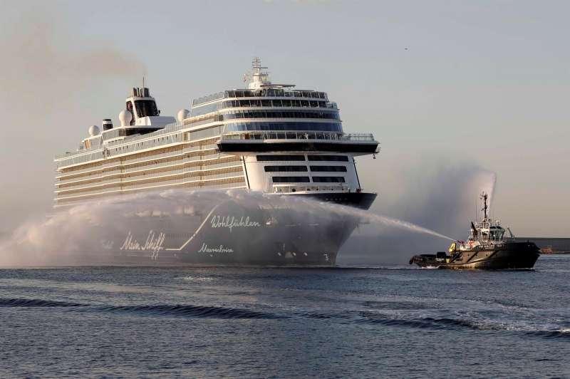 Llegada al Puerto de València del buque Mein Schiff 2, de la compañía TUI Cruises. EFE/Ana Escobar