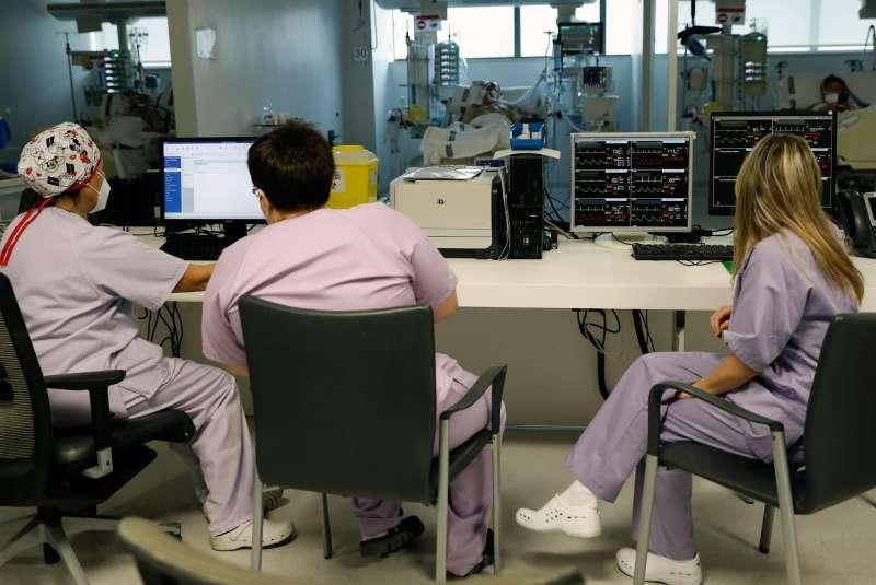 Personal sanitario atienden a un paciente en la Unidad de Cuidados Intensivos del Hospital La Fe de Valencia. EFE/Juan Carlos Cárdenas/Archivo