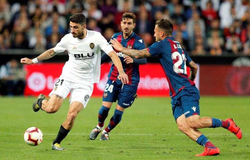 Una jugada entre el Valencia y el Levante. EFE