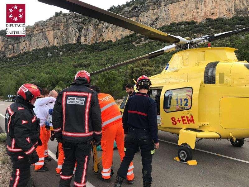 Imagen del rescate del motorista en Forcall del consorcio provincial de bomberos de Castellón. EFE