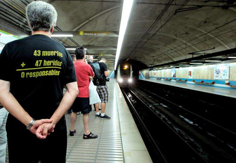 Uno de los familiares de las víctimas del accidente del Metro de Valencia del 3 de julio de 2006, en el que murieron 43 personas y otras 47 resultaron heridas, espera en el andén la llegada de un convoy. EFE           de foto