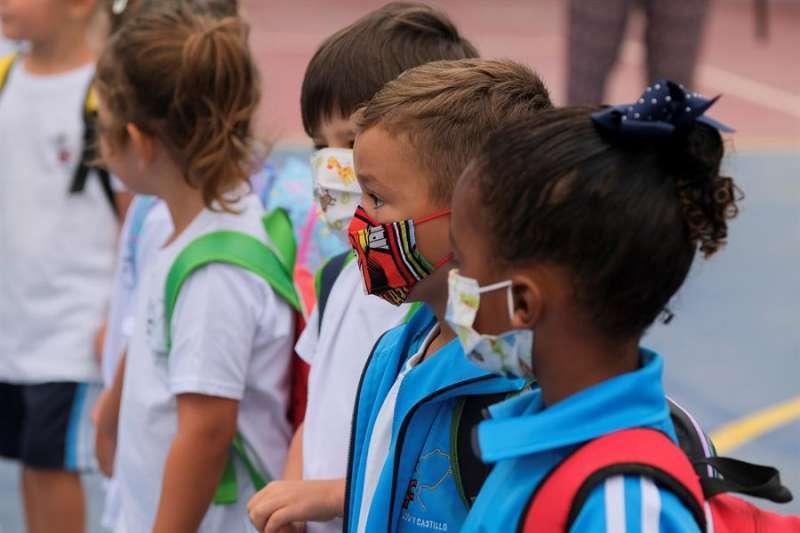 Menores con mascarilla. EPDA