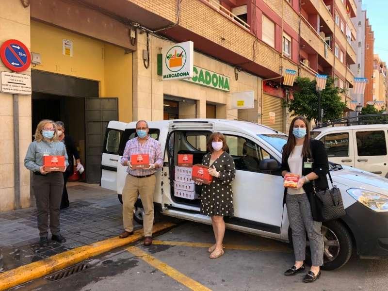 Representantes del Albergue San Juan de Dios de València con trabajadores de Mercadona durante la entrega de hoy. epda