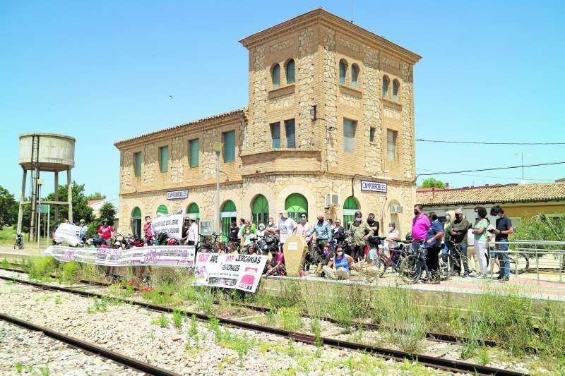 Concentración frente a la estación de Camporrobles. Foto: AG