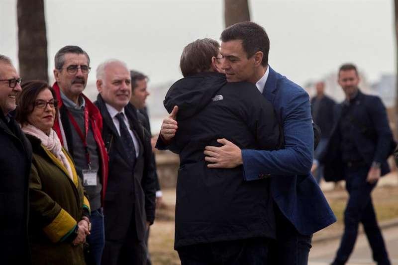 El presidente del Gobierno, Pedro Sánchez, abraza al preident de la Generalitat, Ximo Puig, durante su visita a Castellón. EFE/Domenech Castelló