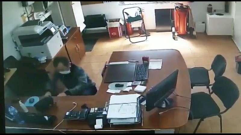Imagen del detenido cometiendo uno de los robos. EFE/Guardia Civil