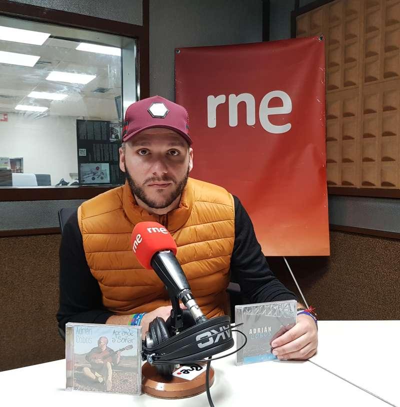 Adrián Cobos en una entrevista. EPDA.