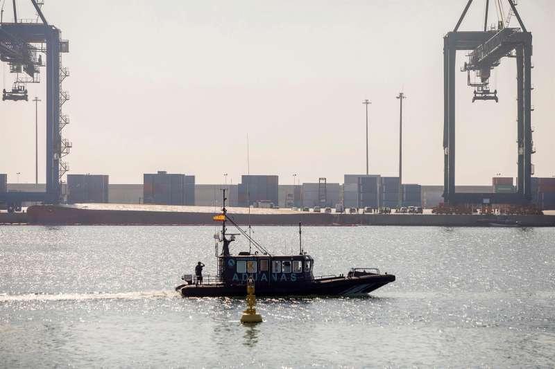 Una lancha de Aduanas (delante) cierra el paso al Muelle del Centenario de Port Castelló durante las tareas de búsqueda. EFE/Domenech Castelló/Archivo