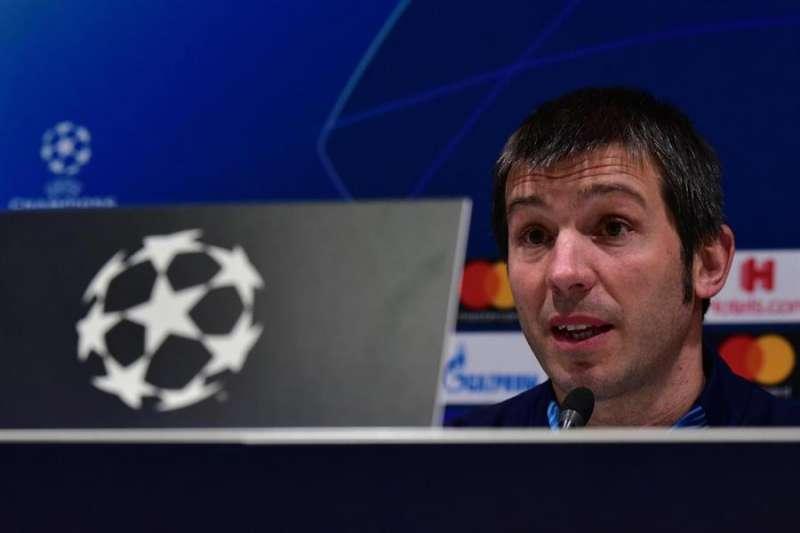 Albert Celades atiende a los medios de comunicación durante la rueda de prensa en Milán, donde el miércoles se mide al Atalanta. EFE