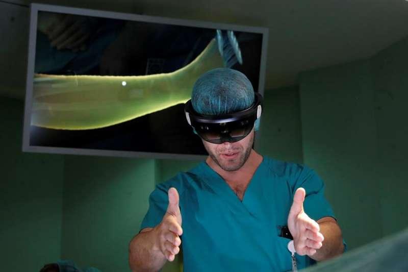 Un médico utiliza unas gafas de realidad aumentada en un quirófano. EFE