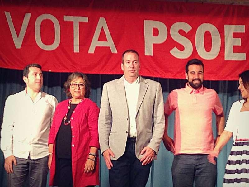 Víctor Navarro, en el centro, junto a otros miembros del PSPV de Nàquera. //EPDA