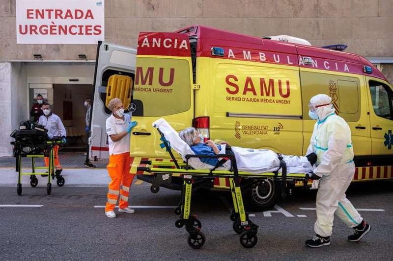 Sanitarios trasladando a un enfermo