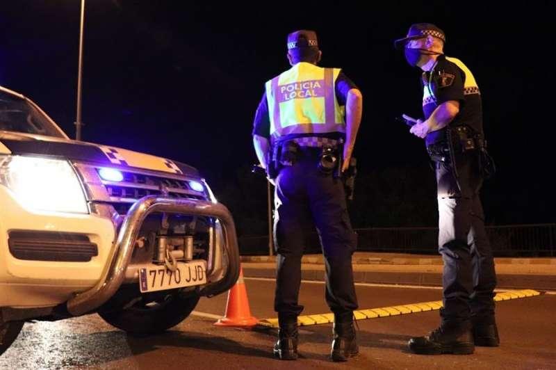Foto cedida por la Policía Local de Alicante sobre las actuaciones que evitaron la celebración de 8 botellones en la ciudad. EPDA