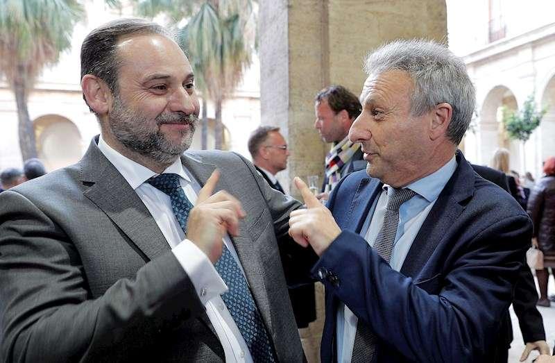 El ministro de Transporte, Movilidad y Agenda Urbana, José Luis Ábalos con el nuevo presidente de Puertos del Estado, Francisco Toledo. EFE