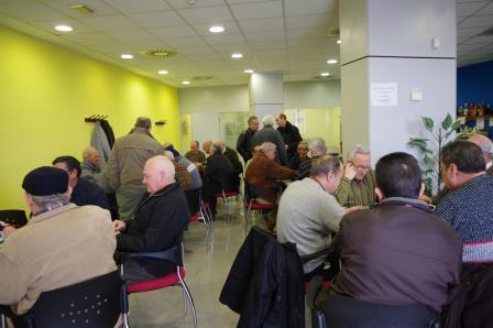 Jubilados jugando al bingo. Foto: EPDA.