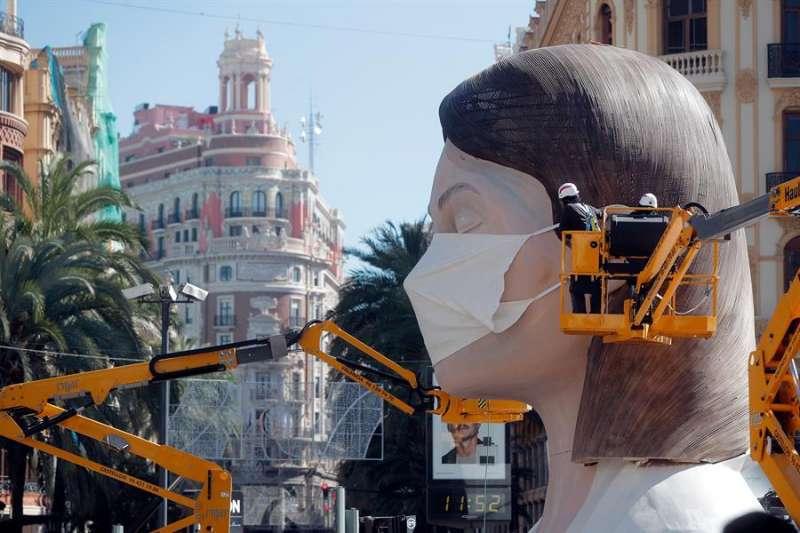 La falla de la meditadora en la Plaza del Ayuntamiento. EPDA