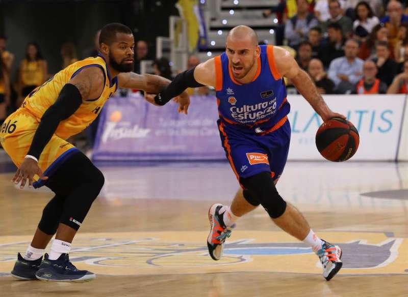El jugador del Herbalife Gran Canaria Omar Cook y el jugador del Valencia Basket Quino Colom (d) . EFE/ Archivo