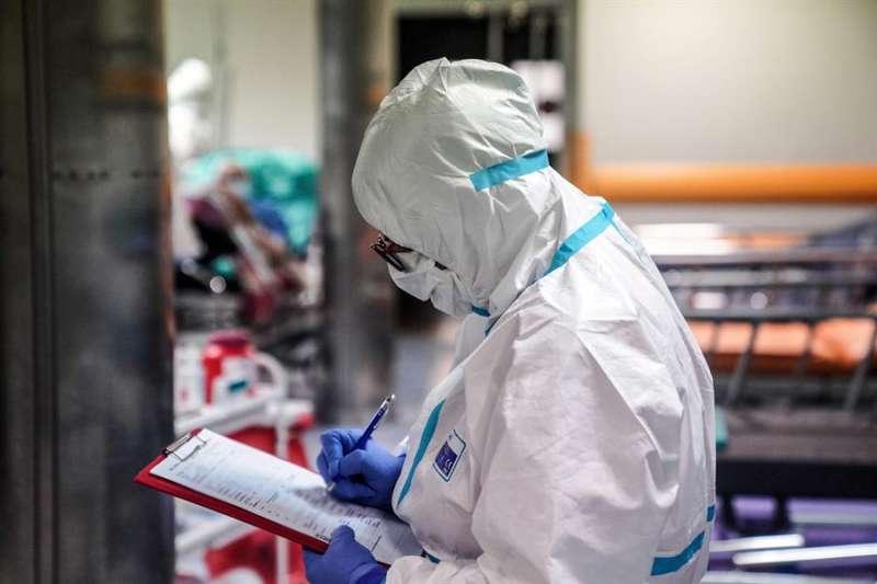 Un sanitario con EPI. EFE/EPA/Archivo