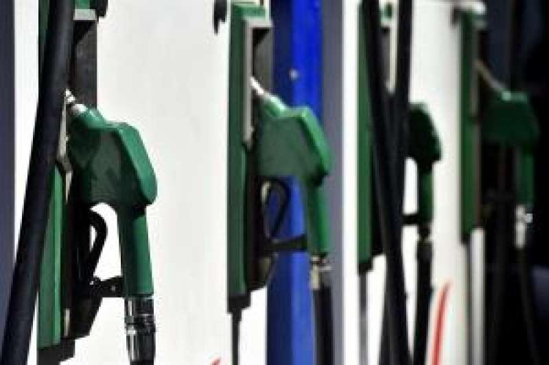 Surtidores de combustible en una gasolinera. EFE
