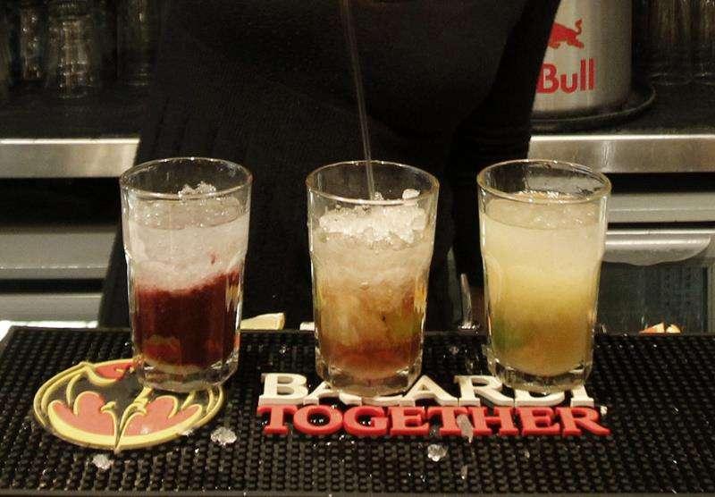 Una camarera sirve copas en un pub. EFE/Archivo