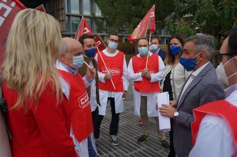 Barrachina atendiendo las quejas de los sanitarios