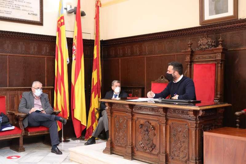 El alcalde de Sagunt, Darío Moreno, en la reunión junto al presidente de la APV, Aurelio Martínez. / EPDA