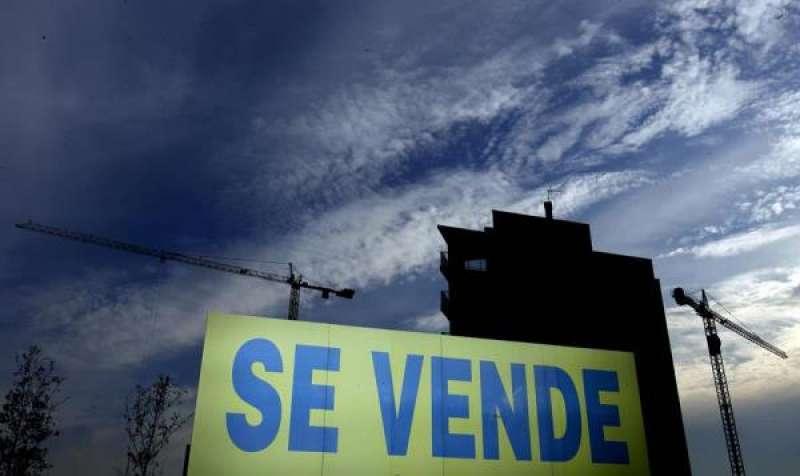 Un cartel anuncia la venta de viviendas. EFE/Kai Försterling ./ EPDA