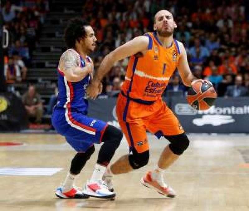 El base del Valencia Basket Quino Colom (d) intenta superar a Shane Larkin, del Anadolu Efes Istanbul, durante el partido de EuroLiga. EFE