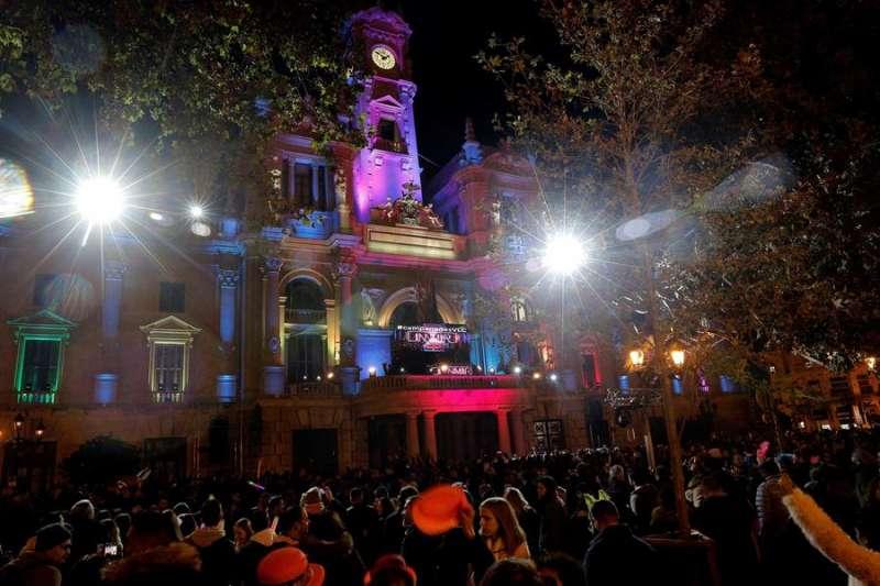 Cientos de personas celebran el Fin de Año de 2019 en la plaza del Ayuntamiento de València. EFE/Manuel Bruque/Archivo