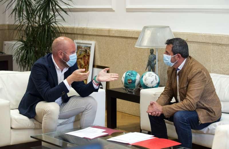 El presidente de la Diputació de València, Toni Gaspar, junto con el alcalde de Segart, Francisco José Garriga. / EPDA