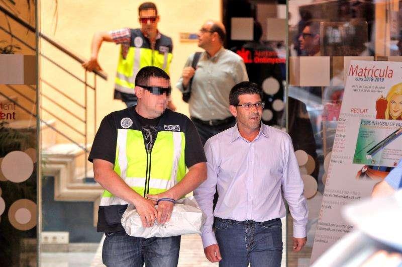El alcalde de Ontinynet y expresidente de la Diputación de Valencia, Jorge Rodríguez salen del ayuntamiento custodiados por agentes de la UDE. EFE/Archivo