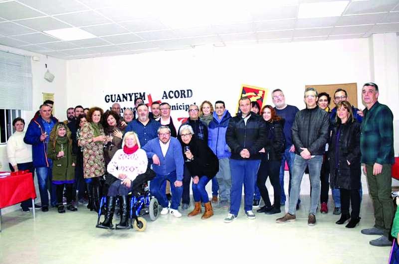 Numerosos simpatizantes arropan a los candidatos de Guanyem i Acord en el estreno de su sede. / epda