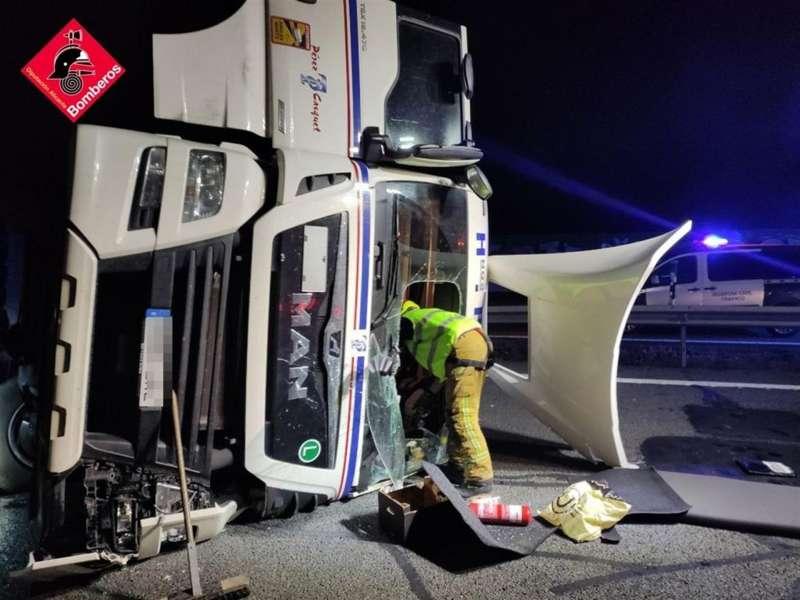 Imagen del camión volcado en la A-7 en Crevillente. EFE