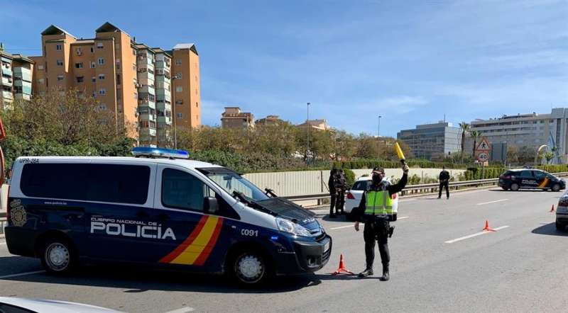 Un agente de la Policía Nacional durante un control, en una imagen cedida por el Cuerpo Nacional de Policía. /EFE