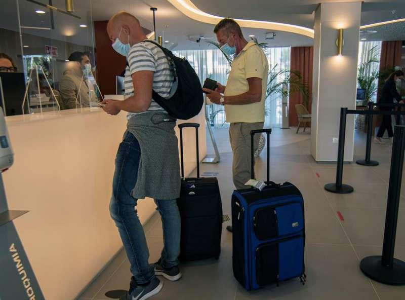 Dos turistas se registran en un hotel. EFE/Cladera/Archivo
