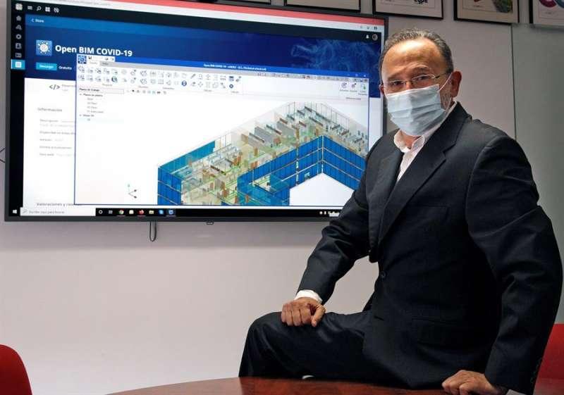 Carlos Fernández, director técnico de CYPE, compañía alicantina que ha desarrollado un novedoso software que permite implantar las medidas preventivas frente al COVID-19 en edificios y espacios abiertos, como hoteles y estadios de fútbol. EFE/MORELL