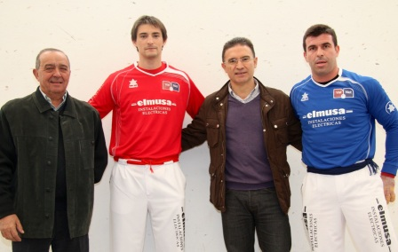 El conseller junto al alcalde de Llíria y los jugadores. FOTO:EPDA