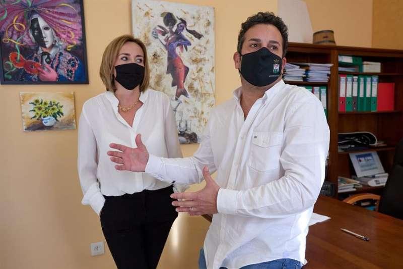 Ximo Coll y Carolina Vives, matrimonio y alcaldes de El Verger y Els Poblets respectivamente. EFE