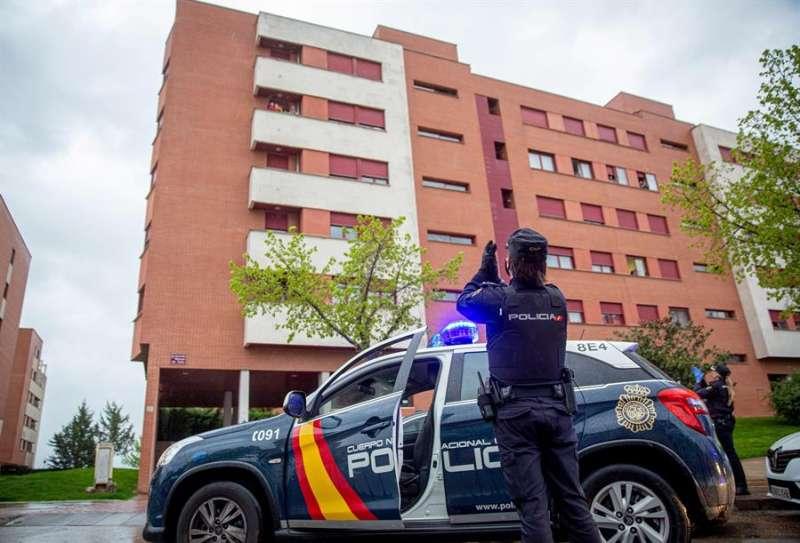 Policías nacionales delante de un edificio. EFE/Archivo