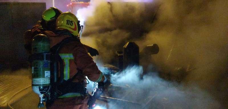 Los bomberos extinguen el fuego