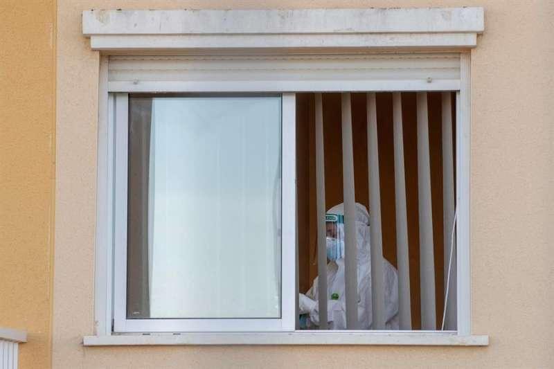 Una trabajadora en una habitación de una residencia de mayores. EFE