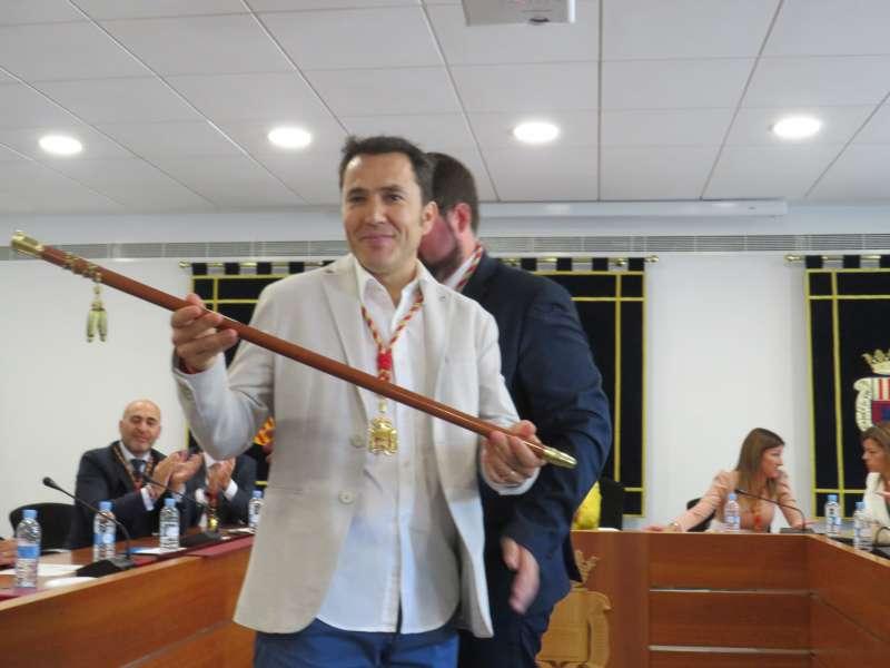 Pere Antoni con la vara de mando tras ser proclamado alcalde de Canet. EPDA
