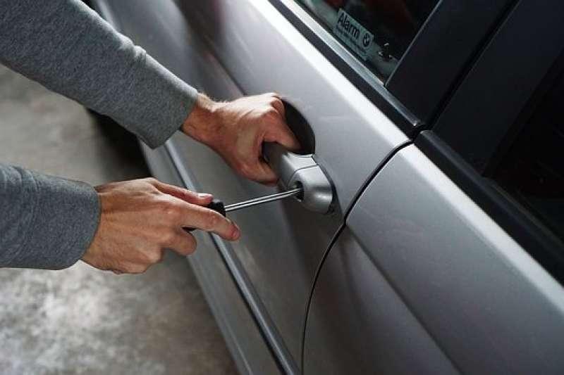 Un ladrón robando un vehículo. EPDA